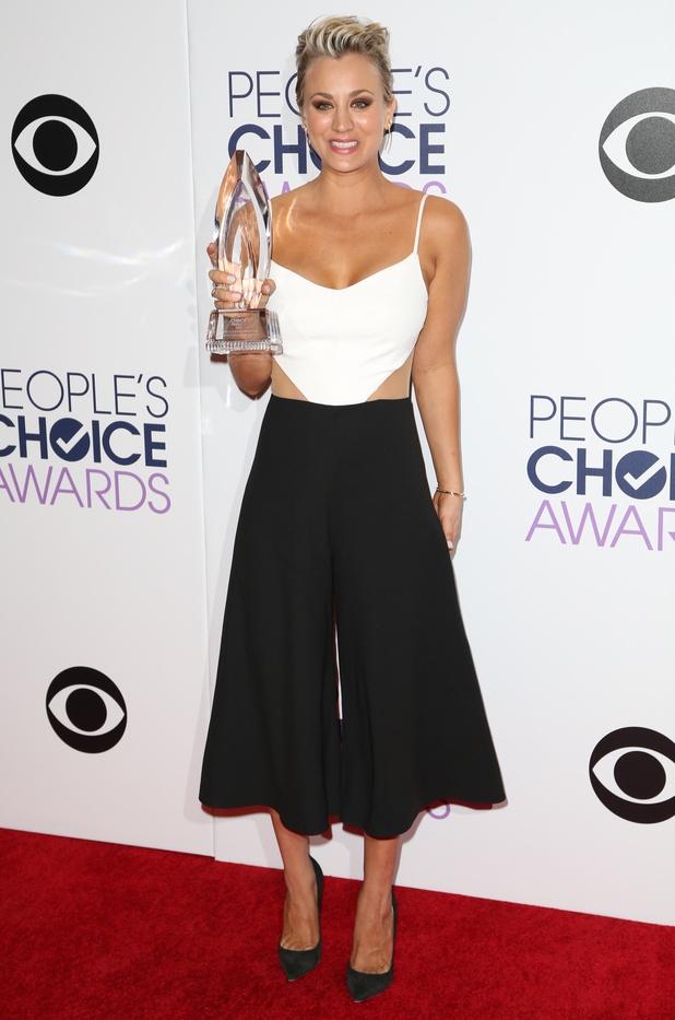 People's Choice Award 2015: Kaley Cuoco Mengenakan Jumpsuit Peggy Hartanto
