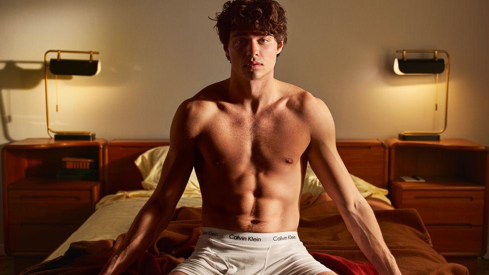 Noah Centineo Hanya Kenakan Underwear di Iklan Calvin Klein