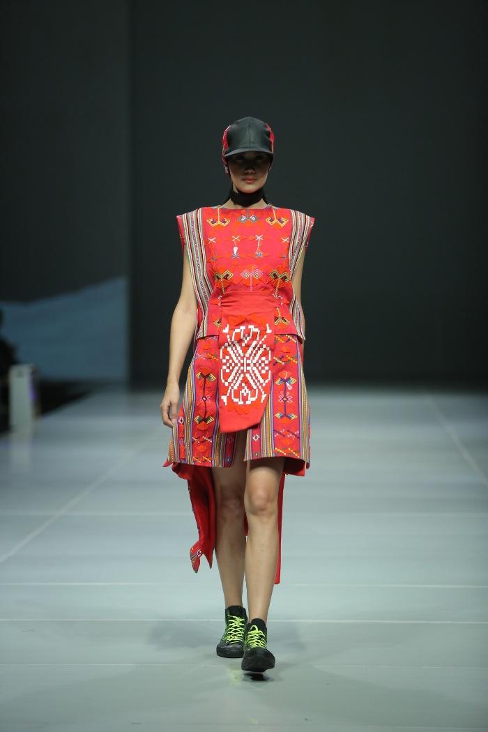 Mandiri Fashion Show: 6 Desainer 6 Kain Tradisional
