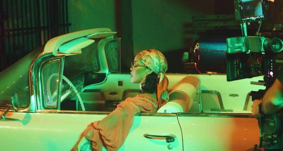 3 Gaya Busana Rihanna di Video Klip Wild Thoughts