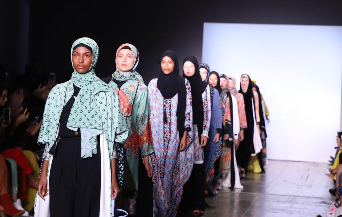 Koleksi Vivi Zubedi Tampil di New York Fashion Week