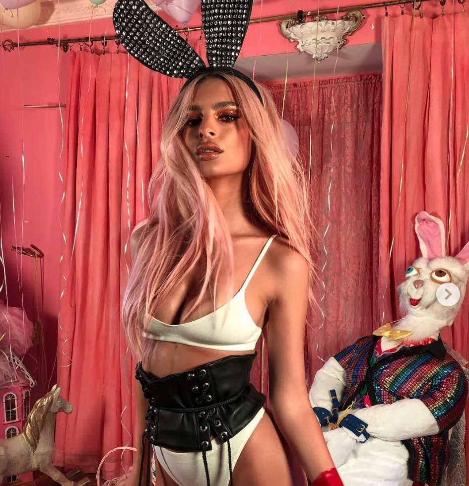 EmRata Mengenakan Kostum Kelinci Seksi untuk Pemotretan