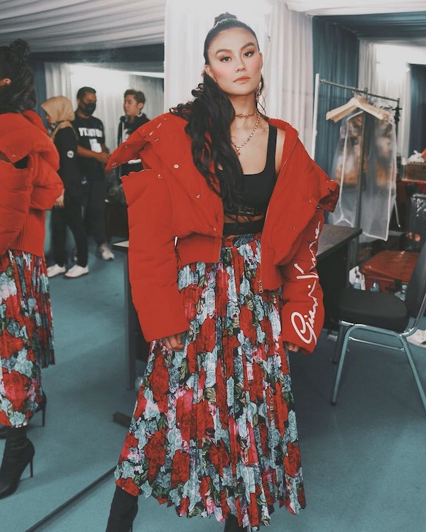 Tampilan Street Style Agnezmo Pakai Rok Maxi Floral Versace