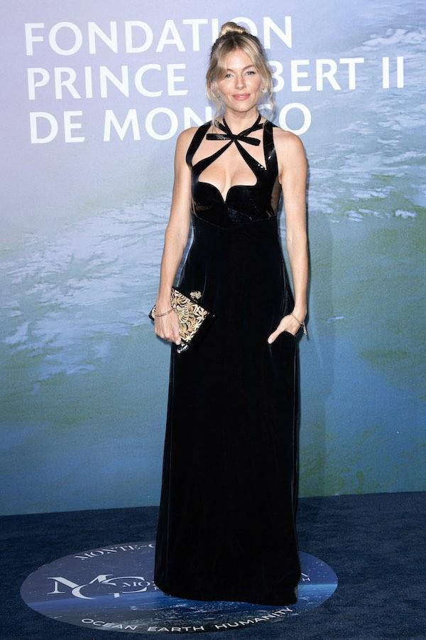 Pesona Sienna Miller Dalam Balutan Gaun Gucci yang Unik