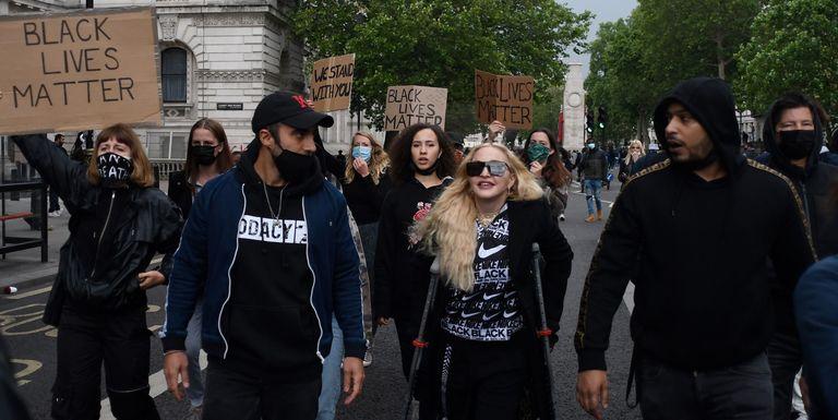 Madonna Ikut Demonstrasi Meski Sedang Cedera