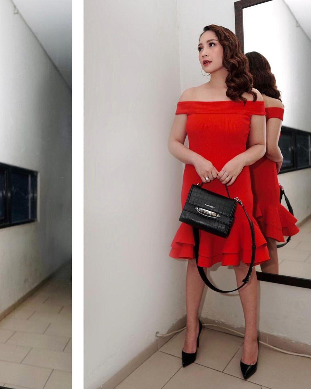 Pakaian merah sensual Nagita Slavina