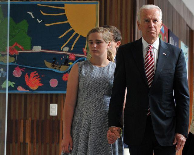 Maisy bersama dengan kakeknya, Joe Biden saat berada di Kolombia pada tahun 2014.
