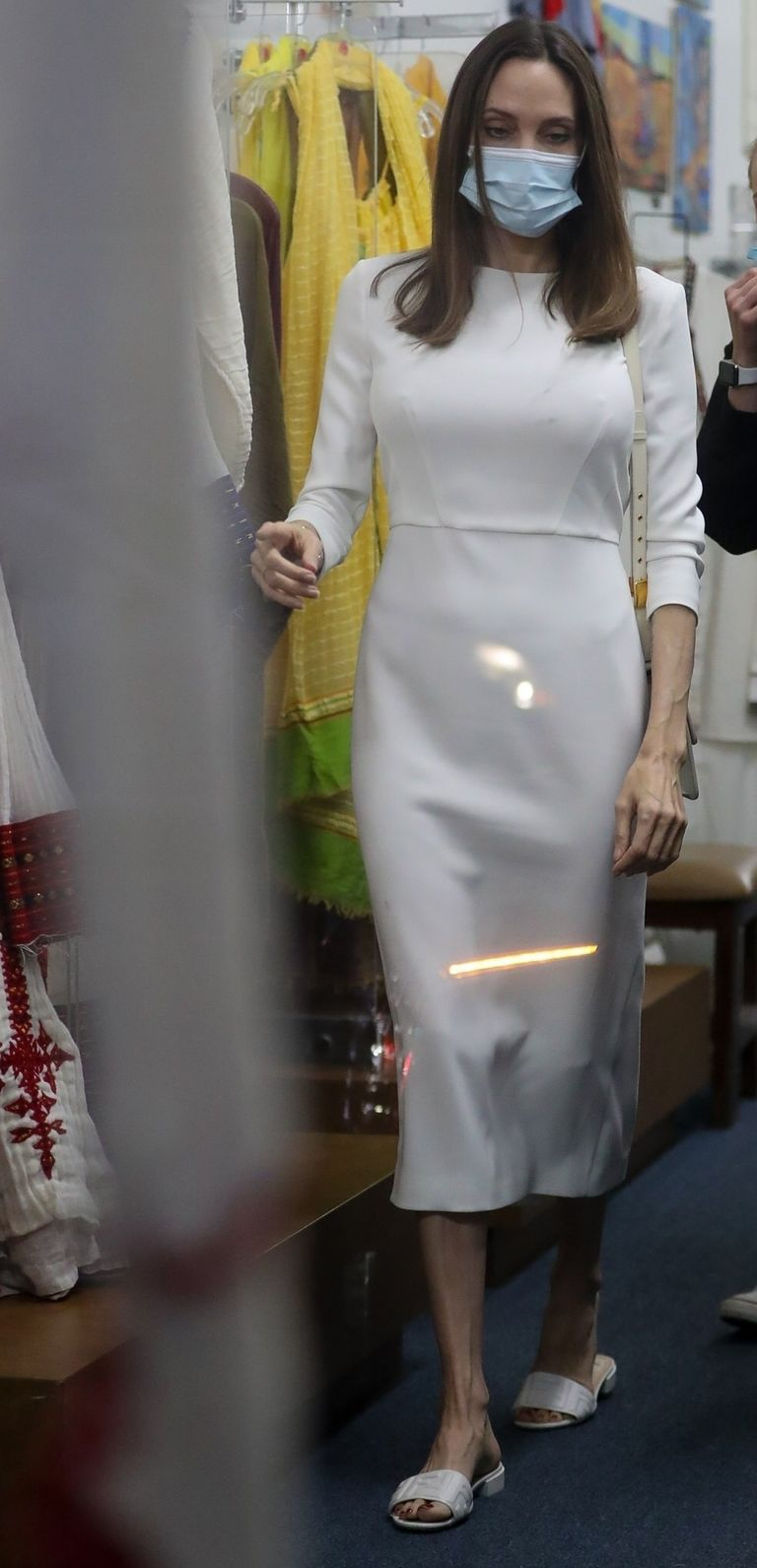 Tetap Pakai Masker, Angelina Jolie Tampil Serba Putih dengan Sandal Fendi dan Tas Dior