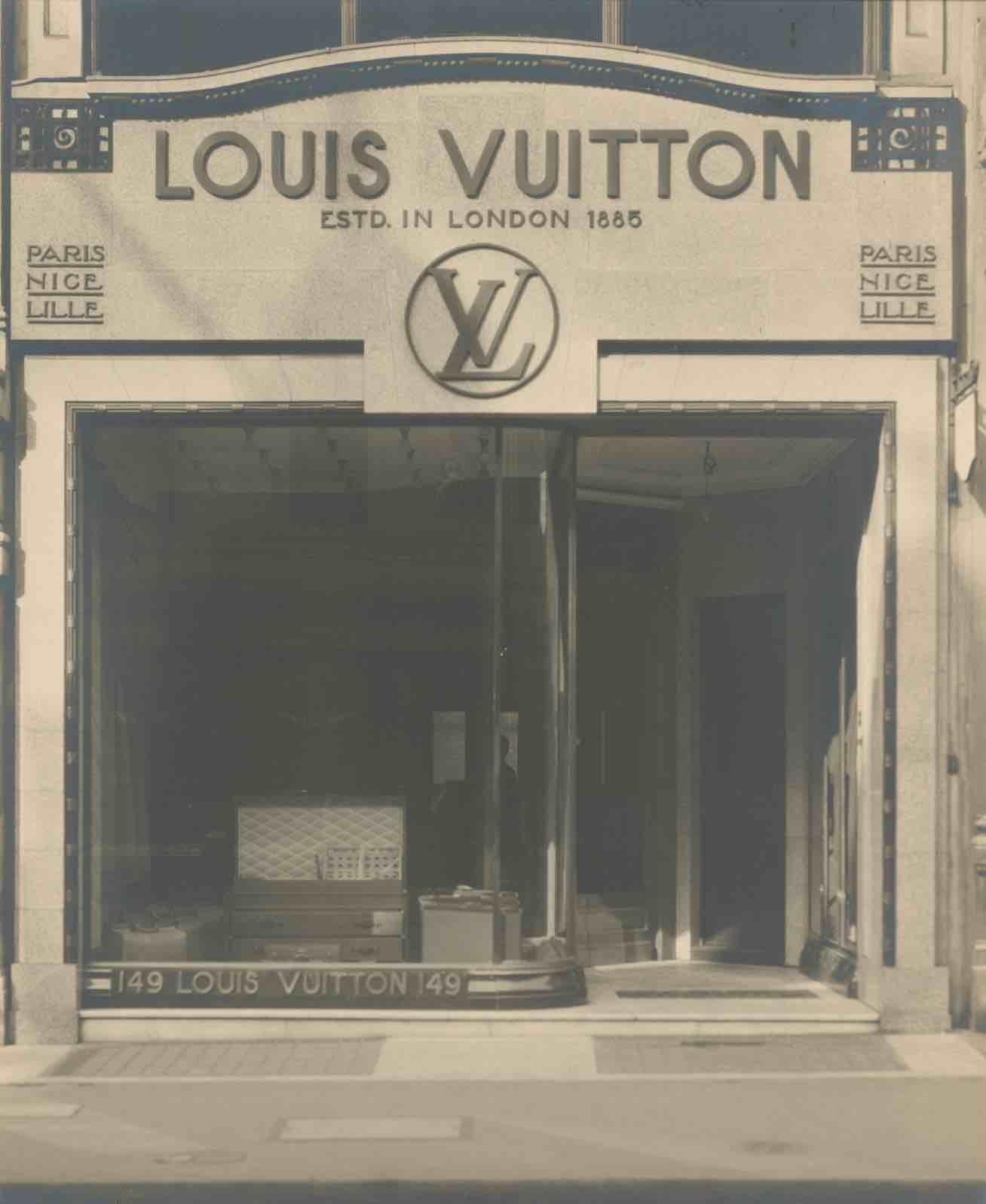 (Butik pertama Louis Vuitton di Paris yang berlokasi di 4 rue Neuve-des-Capucines, Place Vendôme)