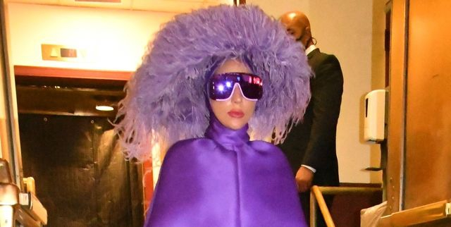 Gaya Unik Lady Gaga Mengenakan Gaun Cape Ungu Valentino di New York