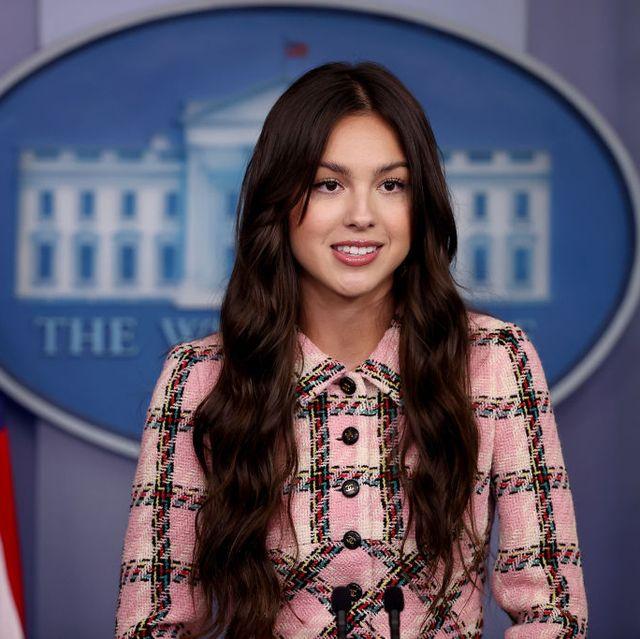 Olivia Rodrigo Tampak Mengenakan Setelan Chanel Vintage Berwarna Merah Muda untuk Kunjungan Pertamanya ke Gedung Putih