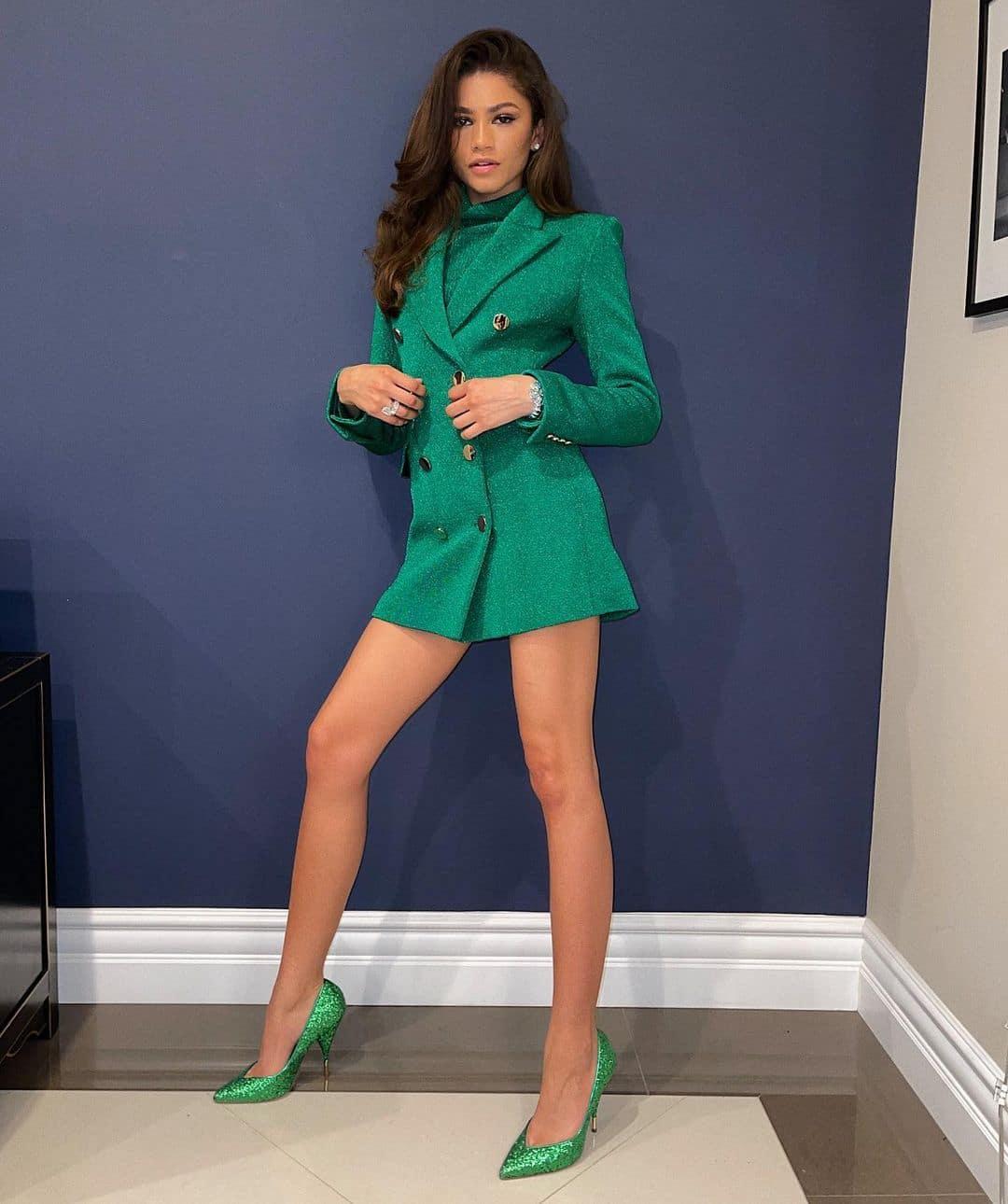 Zendaya Terlihat Memukau dalam Balutan Blazer Hijau Mini