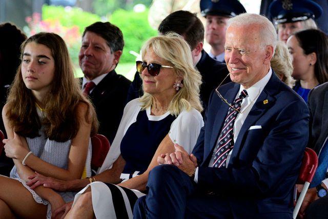 Natalie Biden bersama dengan Dr. Jill Biden dan Joe Biden saat menghadiri acara Delaware Memorial Day pada tahun 2019.