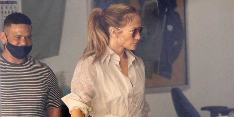 Gaya J.Lo yang Kenakan Shirtdress Sambil Menjinjing Tas Hermes Birkin Crocodile Saat Jalan -Jalan di Kawasan Beverly Hills