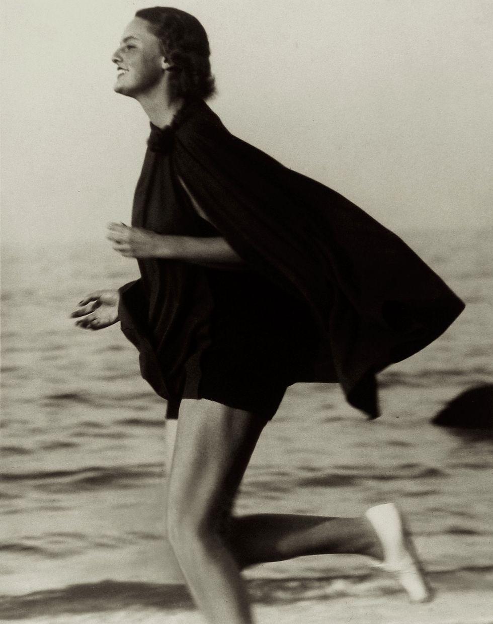 (Hasil potret Martin Munkacsi yang berhasil membuat sejarah baru di industri mode di zaman itu)