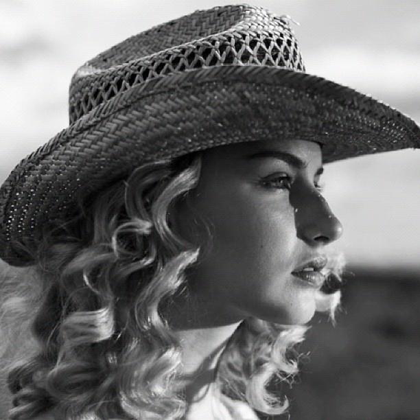 Rambut Keriting Anda Kering? Simak 9 Tips Berikut Ini untuk Merawat dan Menjaga Kelembapannya