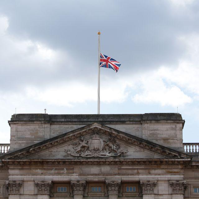 Bendera di atap Istana Buckingham berkibar setinggi setengah tiang menyusul berita kematian Pangeran Philip.
