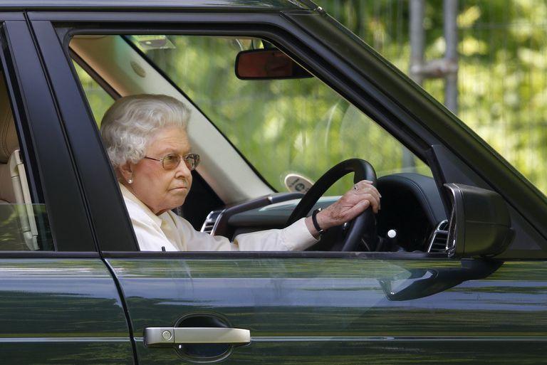 14 Foto Langka Ratu Elizabeth II Saat Mengemudi Mobil Sendiri