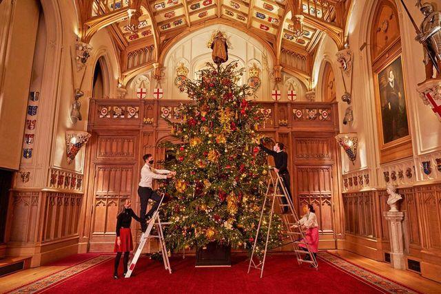 Pohon Natal Istana Windsor, dengan tinggi enam meter, yang membutuhkan dua hari bagi karyawan Royal Collection untuk menghiasnya.
