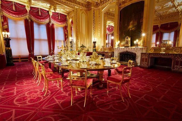 Istana Windsor juga menampilkan 4000 peralatan makan berlapis emas Grand Service, yang dibiayai oleh Raja George IV.