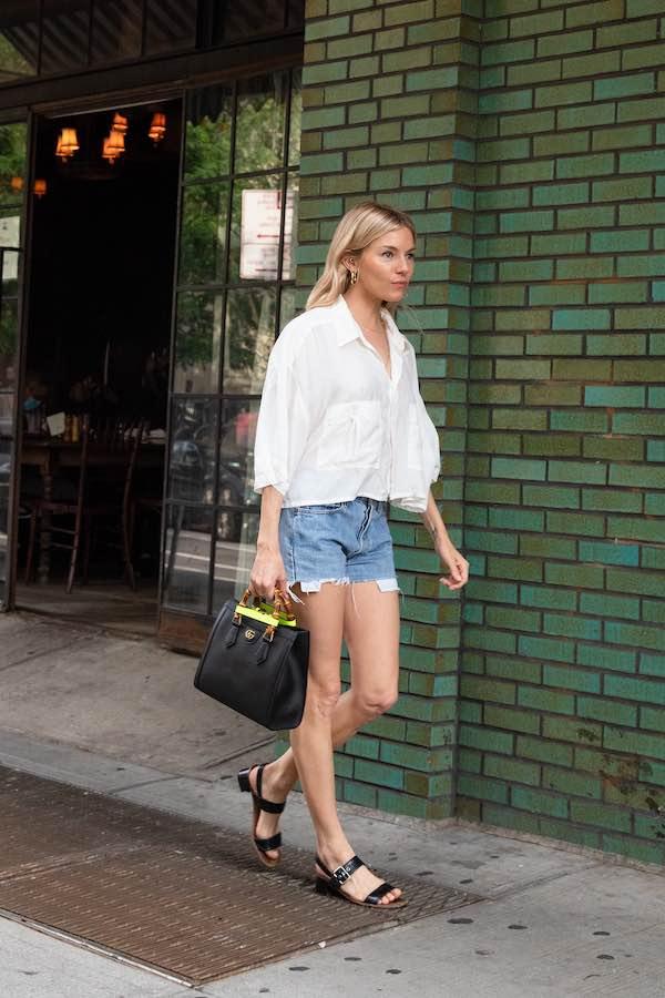 Gaya Kasual Sienna Miller Bisa Anda Tiru: Kemeja Putih dan Celana Pendek, Sembari Menjinjing Tas Gucci Diana