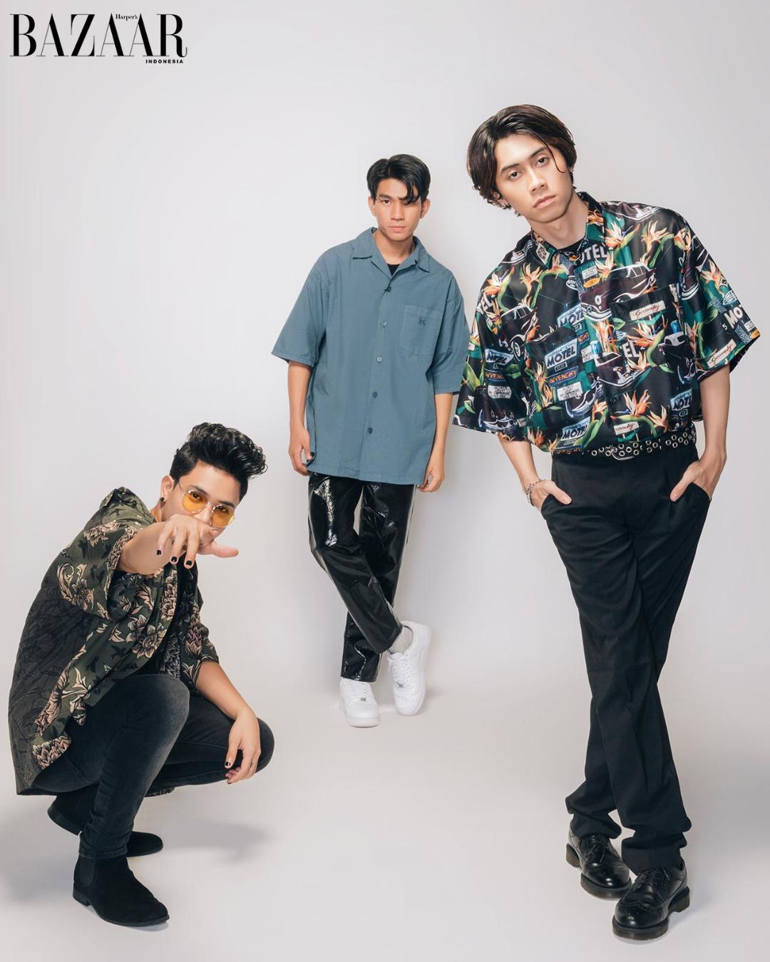 Farhan dan Shandy mengenakan kemeja dari Givenchy, sedangkan Ricky mengenakan kemeja Kenzo.