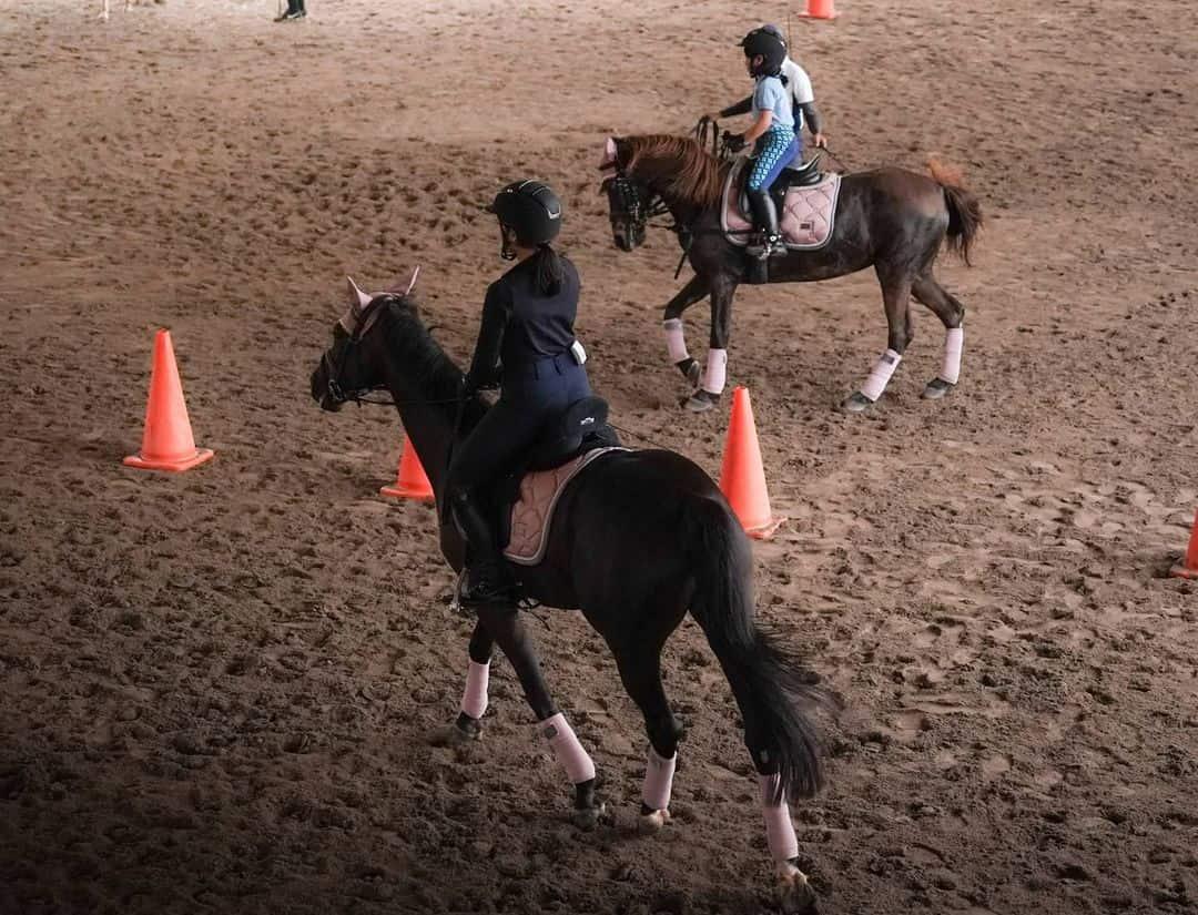 Intip Momen Seru Dian Sastro ketika Berkuda dengan Putrinya
