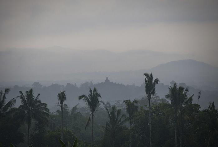Pemandangan Borobudur yang berkabut dari Amanjiwo