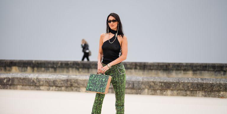 Bella Hadid Kenakan Celana Motif Kulit Ular dengan Tas Senada di Fashion Show Dior