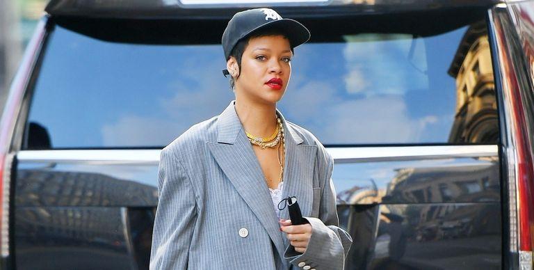 Gaya Unik Rihanna, Walau Dibalut Blazer Ia Bisa Tetap Memakai Topi Bisbol
