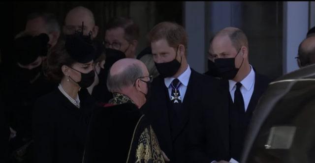 Pangeran Harry mengobrol dengan Pangeran William dan Kate Middleton setelah upacara pemakaman pada hari ini.