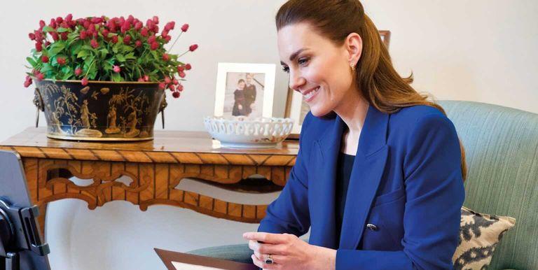 Kate Middleton Terlihat Mengenakan Blazer Biru Rilisan Zara ketika Merayakan Hari Bidan Internasional