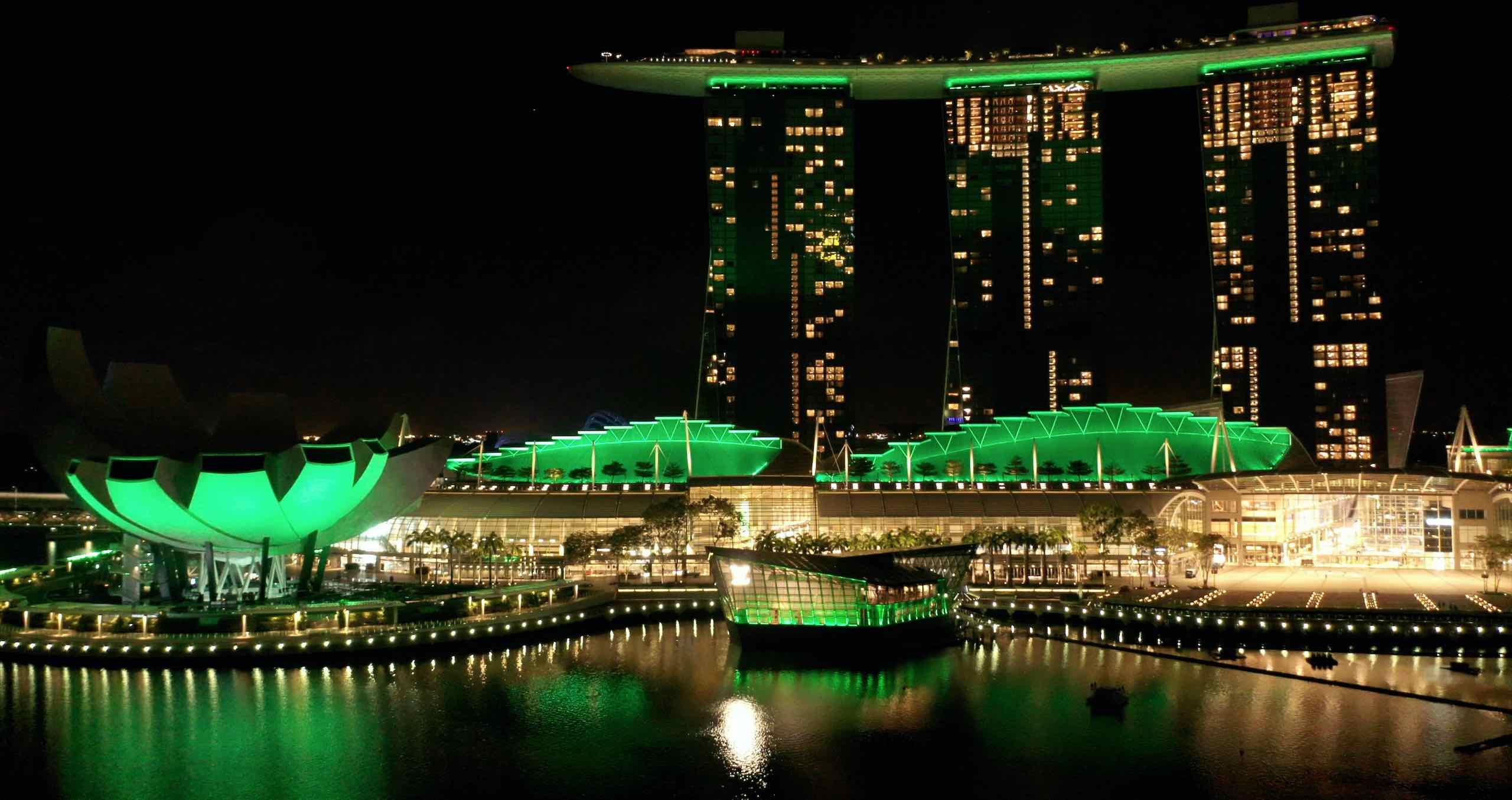 (Warna hijau yang menyelimuti eksetior dari gedung Louis Vuitton Island Maison, Marina Bay Sands, dan ArtScience Museum)