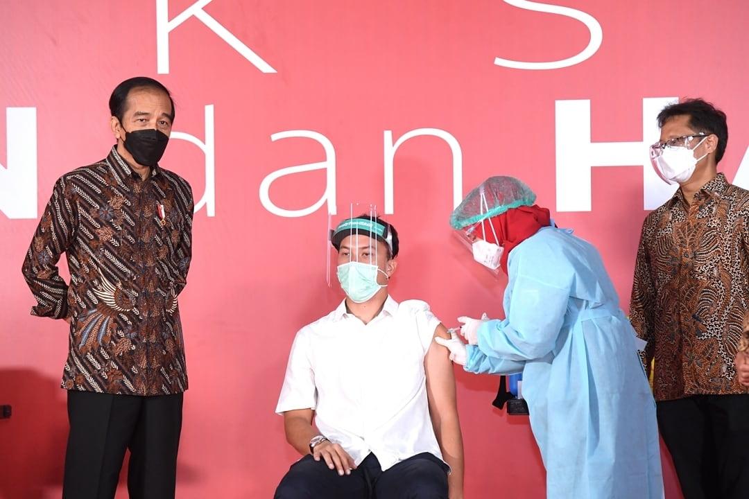 Nicholas Saputra dan Seniman serta Budayawan Lain Ikuti Vaksinasi Massal di Galeri Nasional Indonesia