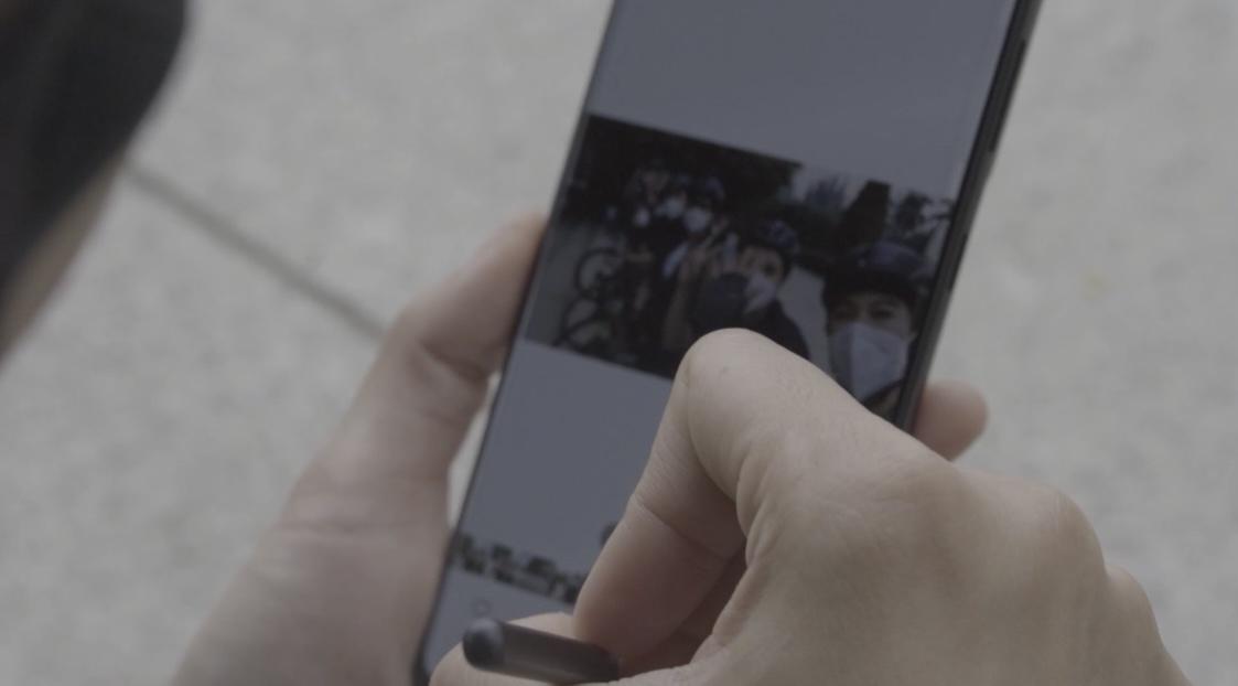 Dian Sastrowardoyo sedang mencoba fitur S Pen yang ada di Galaxy S21 Ultra 5G