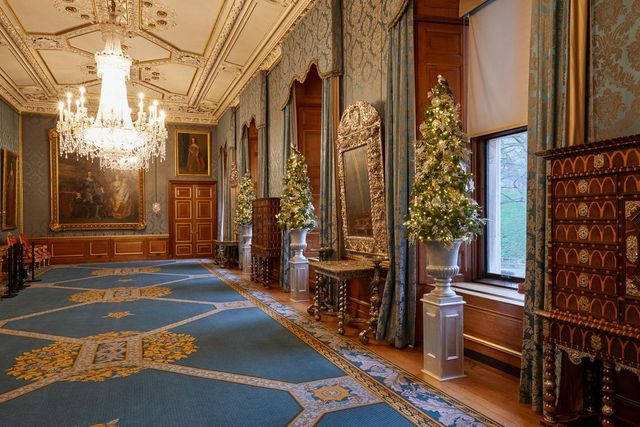 Miniatur pohon Natal ditata sejajar di galeri Sang Ratu, beserta furnitur perak.
