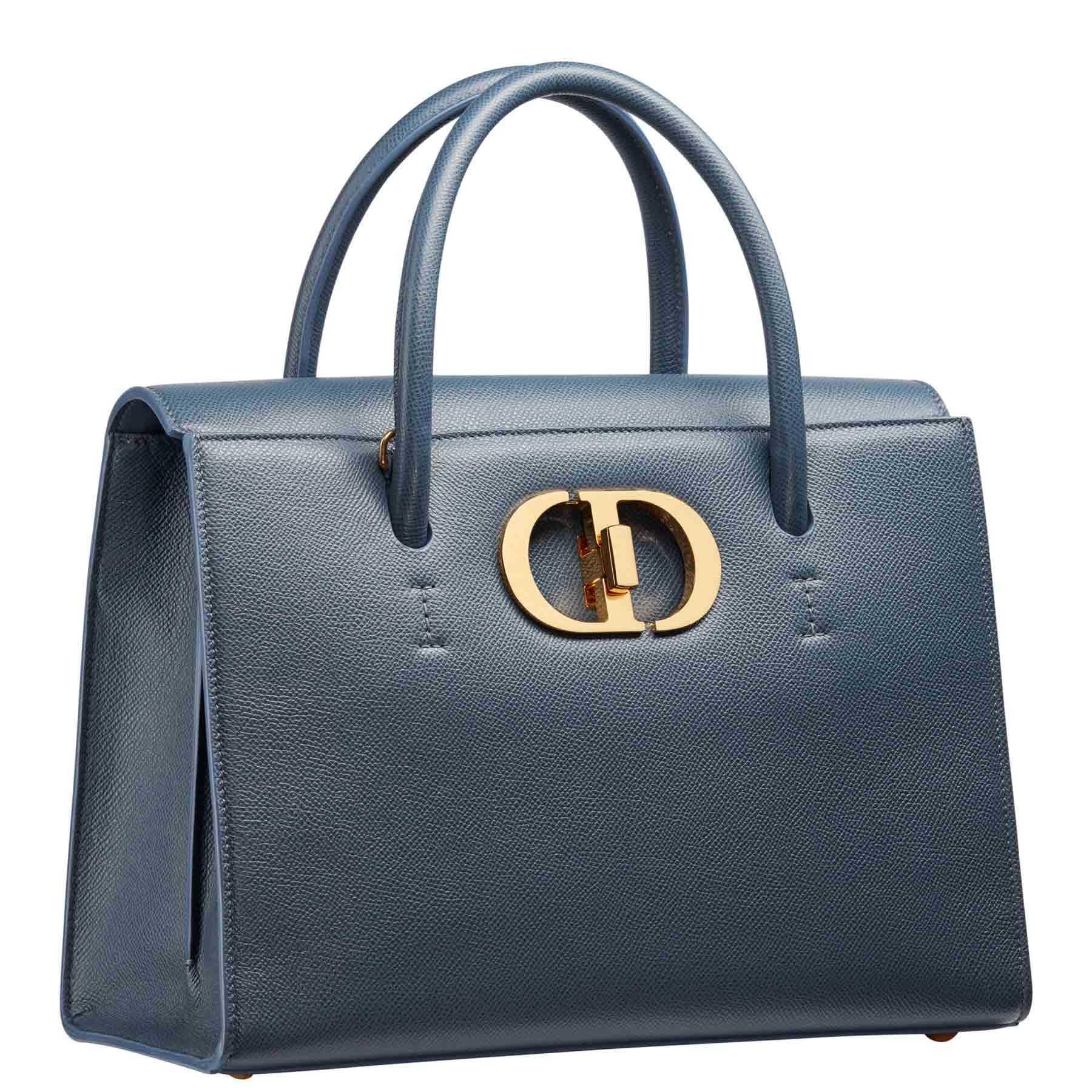 Tas berwarna biru dengan bahan kulit grained