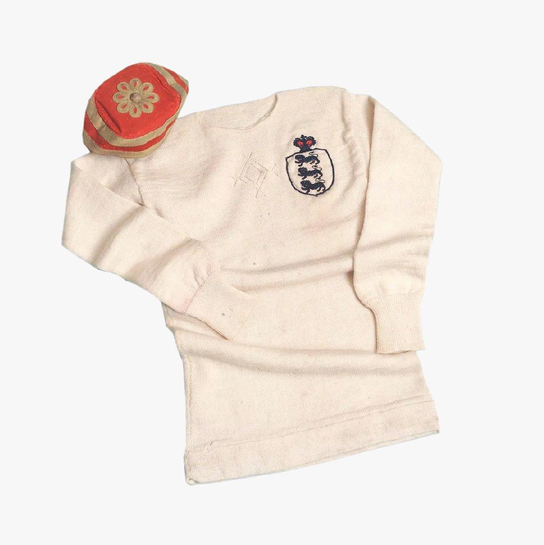 Jersey wol tim nasional Inggris saat bertanding melawan Skotlandia tahun 1982 ini dipercaya sebagai jersey tertua yang masih ada. Foto courtesy of Instagram @nationalfootballmuseum