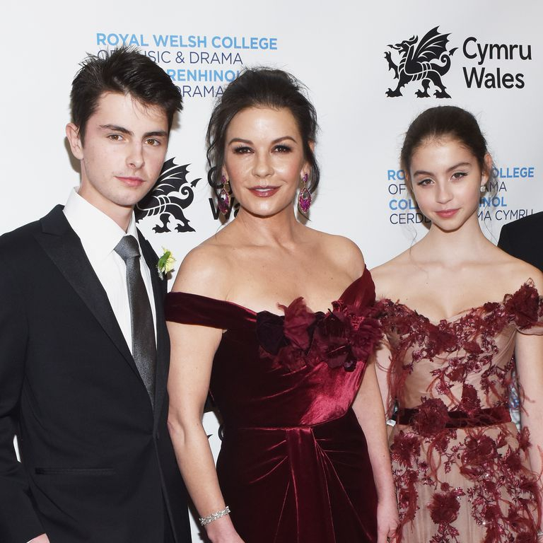 Catherine Zeta-Jones Memakai Gaun Kembar dengan Putrinya
