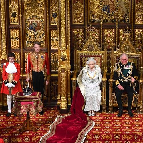 Mengapa Ratu Elizabeth Berpidato Tanpa Mahkota Kebesarannya?