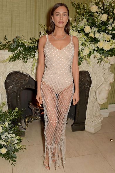 Irina Shayk Menunjukkan Cara Elegan untuk Berpakaian Seksi