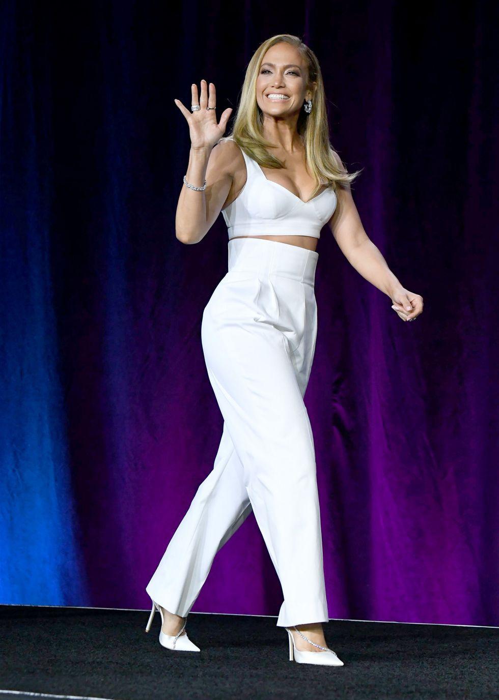 Jennifer Lopez Terlihat Bugar & Seksi di Presscon Super Bowl
