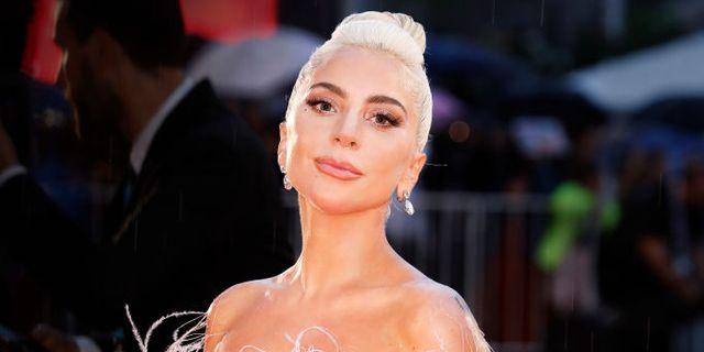 Lady Gaga Kenakan Baju Bridesmaid dengan Belahan Tinggi