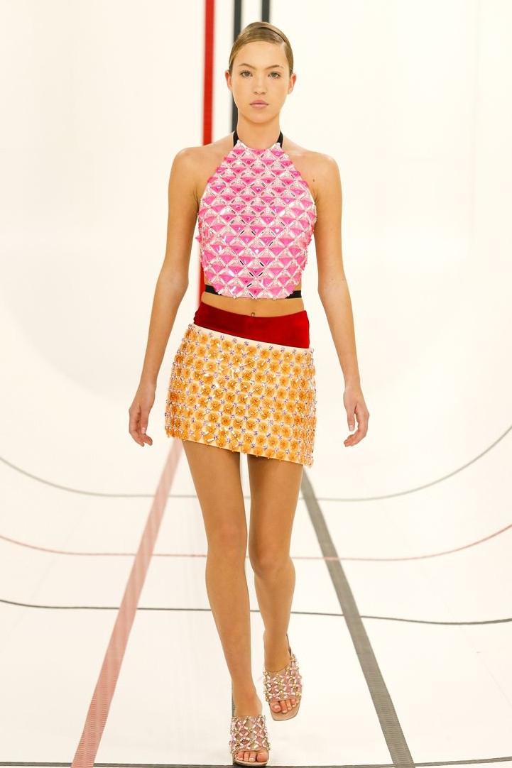 Putri dari Kate Moss, Lila Grace Hiasi Panggung Miu Miu Dalam Catwalk Perdananya