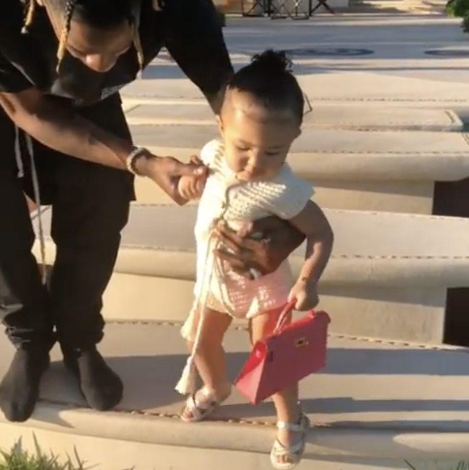 Kylie Jenner Mengunggah Video Anaknya Membawa Tas Hermès