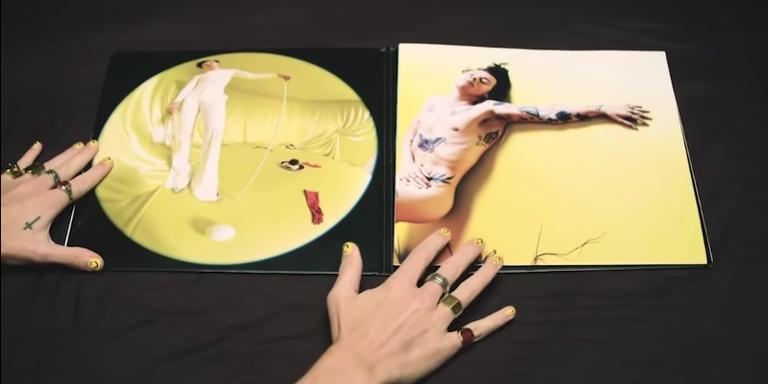 Harry Styles Berfoto Telanjang di Sampul Albumnya