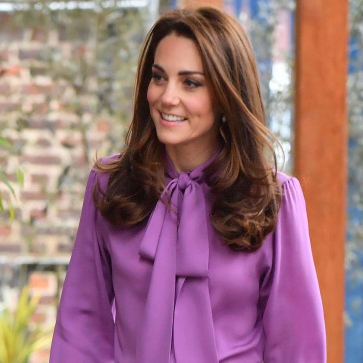 Kate Middleton Tampak Cantik Memakai Blus dan Celana Gucci