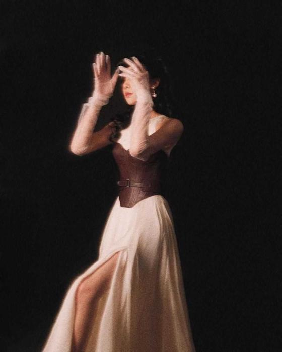 Isyana Sarasvati Kenakan Busana Desainer Indonesia Hian Tjen dalam Cuplikan Lagu Terbarunya