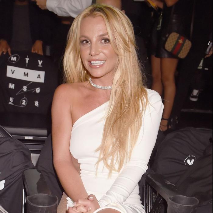 Britney Spears Berkencan di Pantai dengan Bikini dan Masker