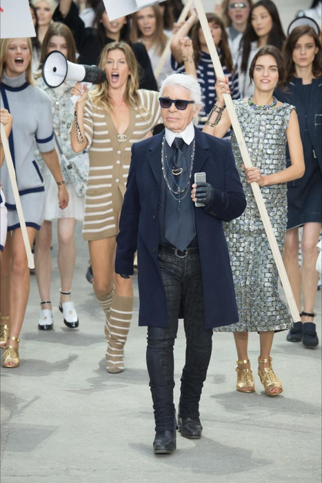 Demonstrasi di Fashion Show Chanel SS 2015